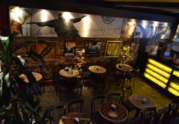 Ambiente ao ar livre com toldo removível,, onde você pode beber uma cerveja bem gelada curtindo a noite incrível do Rio de Janeiro. Fica a poucos metros do salão. Possui bar e banheiros.